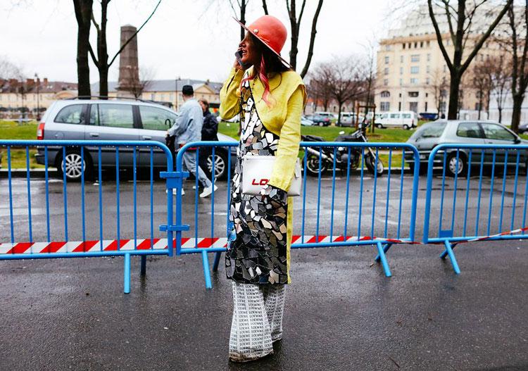 Anna Dello Russo в блестящей тунике, брюках клещ и розовая шляпка