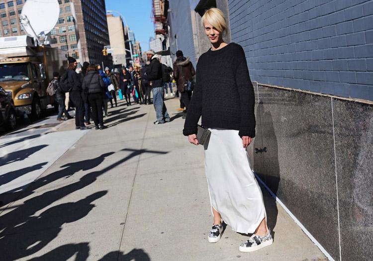 Aymeline Valade в белой длинной юбке и черный свитер