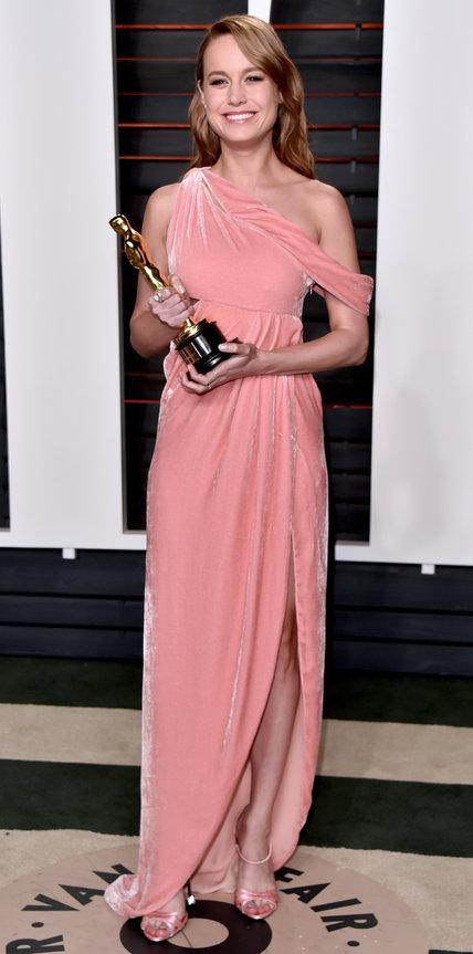 Бри Ларсон на вручение Оскара в розовом платье в пол