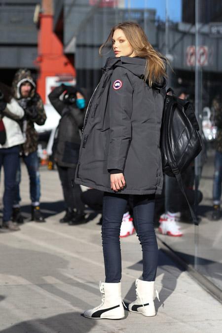 Canada Goose в джинсах скинни и черной куртке