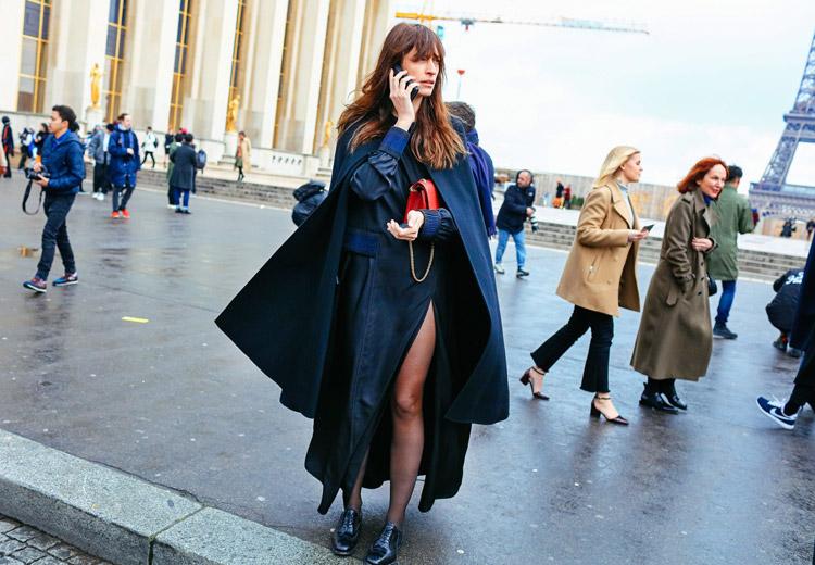 Caroline de Maigret в черном платье с вырезом и синий плащ-накидка, черные туфли