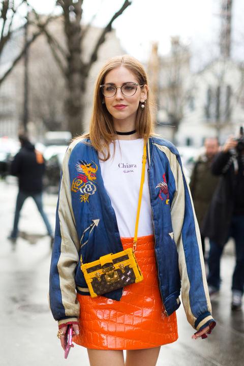 Chiara Ferragni в белой футболке, оранжевой мини юбке и синяя олимпийка, маленькая сумочка