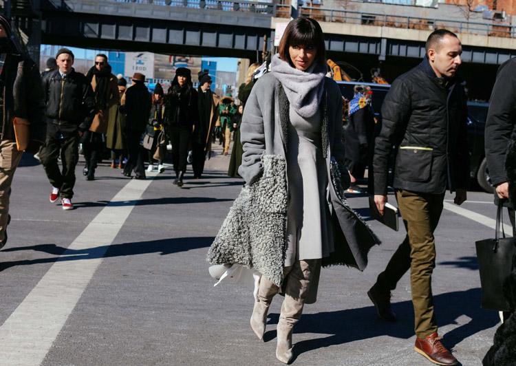 Deena Aljuhan в замшевых светлых сапогах, сером платье и серая дубленка