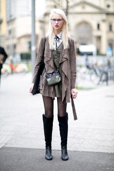 Девушка с высоких сапогах и коричневом плаще