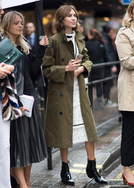 Девушка в белом платье миди и коричневый плащ на пуговицах, неделя моды - Лондон осень/зима 2016-2017