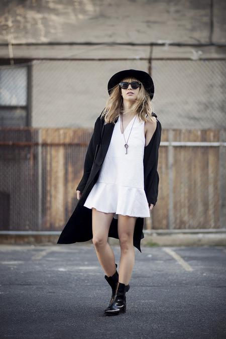 Девушка в белом сарафане, черный плащ, шляпа и полусапоги