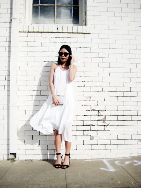 Девушка в белом сарафане миди, черные босоножки