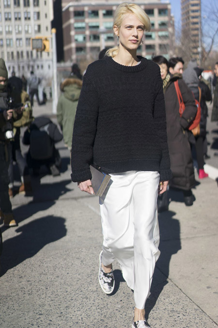 Девушка в белой длинной юбке и черный свитер, слипоны