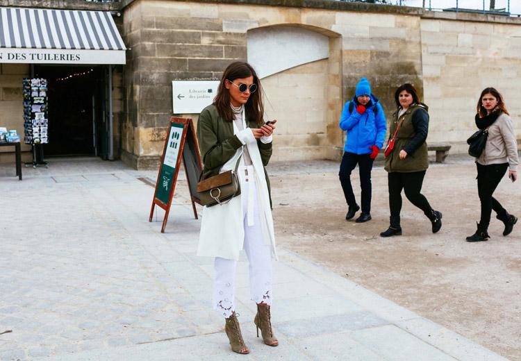 Девушка в белых капри, болотная куртка и замшевые ботильоны с открытым носком на шнуровке