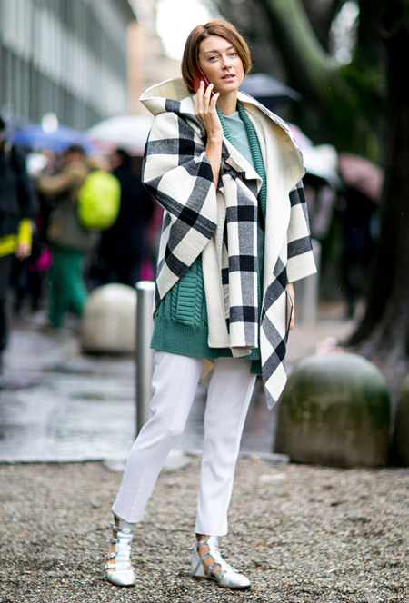 Девушка в белых капри, зеленом вязанном кардигане и палантине в крупную клетку