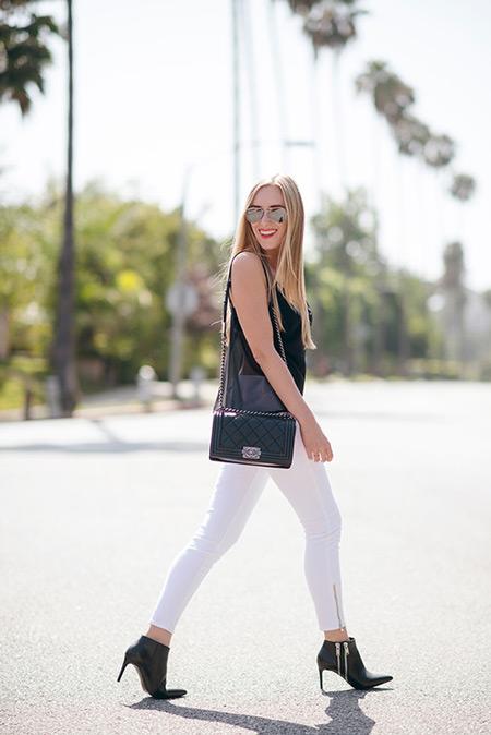 Девушка в белый джегинсах и черный топ