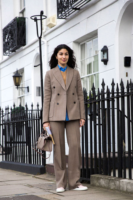 Девушка в брючном костюме, синей рубашке и жилет, неделя моды - Лондон осень/зима 2016-2017