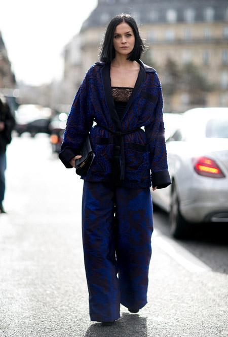 Девушка в черно-синих брюказ, топ и темный кардиган