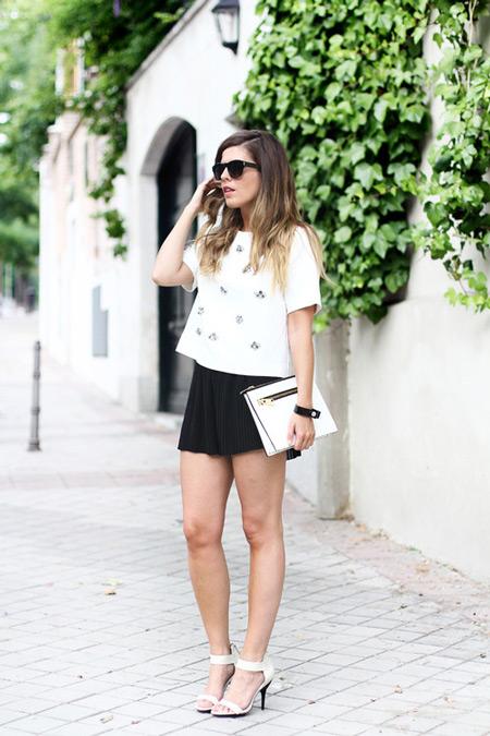 Девушка в черной мини юбке и белой футболке