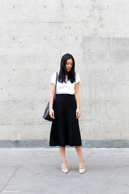 Девушка в черной юбке миди, белая футболка