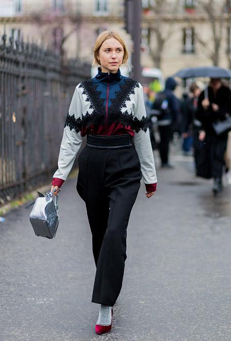 Девушка в черных брюках, кофта, бордовые туфли