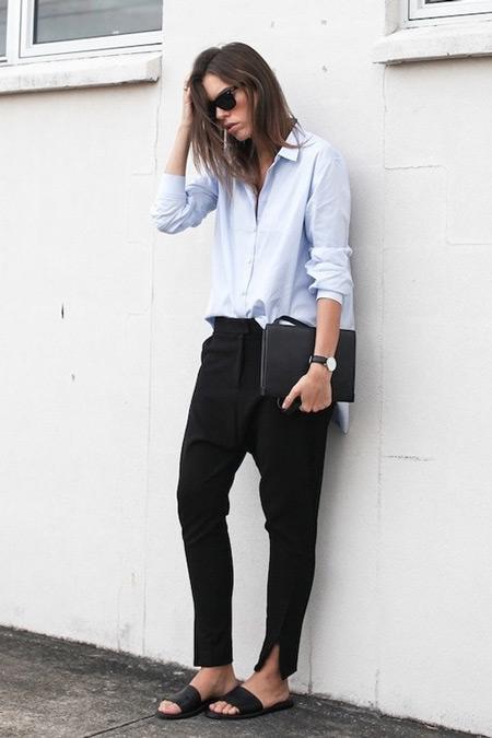 Девушка в черных брюках, светлая рубашка, сандалии
