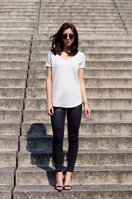 Девушка в черных джегинсах, серая футболка и босоножки