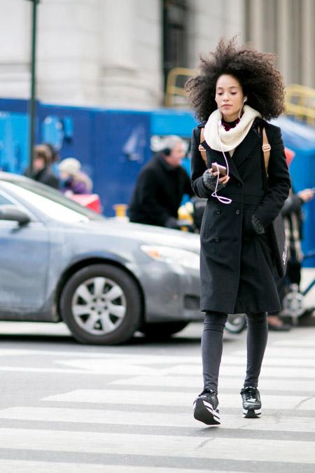 Девушка в черных лосинах, плаще и шарф снуд