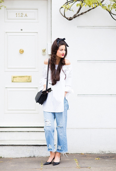 Девушка в джинсах бойфрендах, белая туника, черные туфли и сумочка
