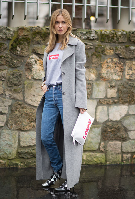 Девушка в джинсах, футболка и длинное серое пальто