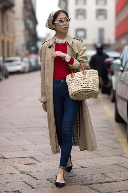 Девушка в джинсах скини, красной блузе, плащ песочного цвета