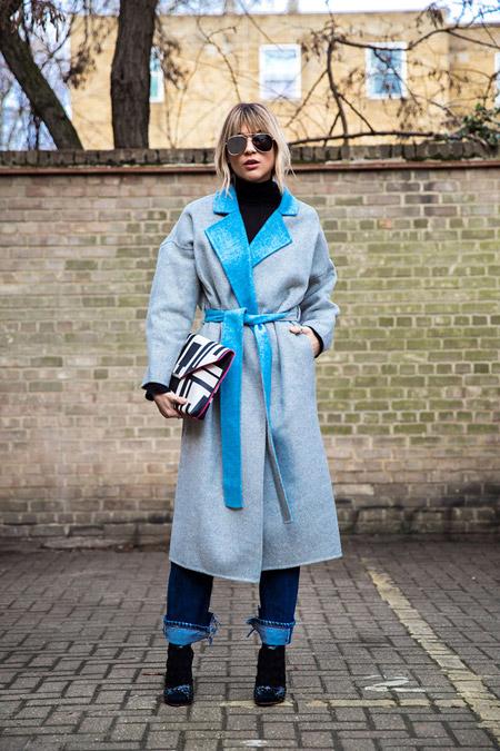 Девушка в джинсах,черной водолазке и голубом пальто с поясом, неделя моды - Лондон осень/зима 2016-2017