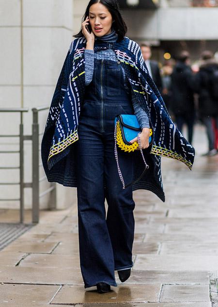 Девушка в джинсовом комбинезоне и темно синей накидке, неделя моды - Лондон осень/зима 2016-2017
