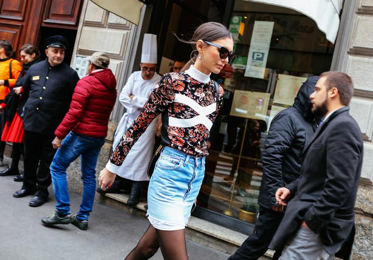 Девушка в джинсовой мини юбке и водолазке с принтом на улицах Милана