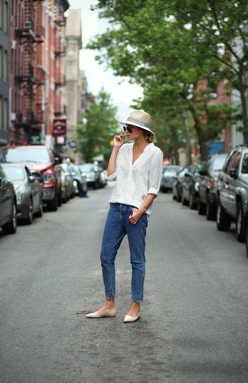 Девушка в джинсовых капри, белой блузе, шляпа и балетки