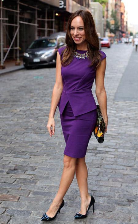 Девушка в фиолетовом платье с баской