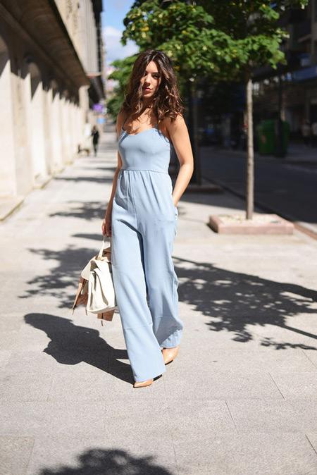 Девушка в голубом комбинезоне, бежевые туфли