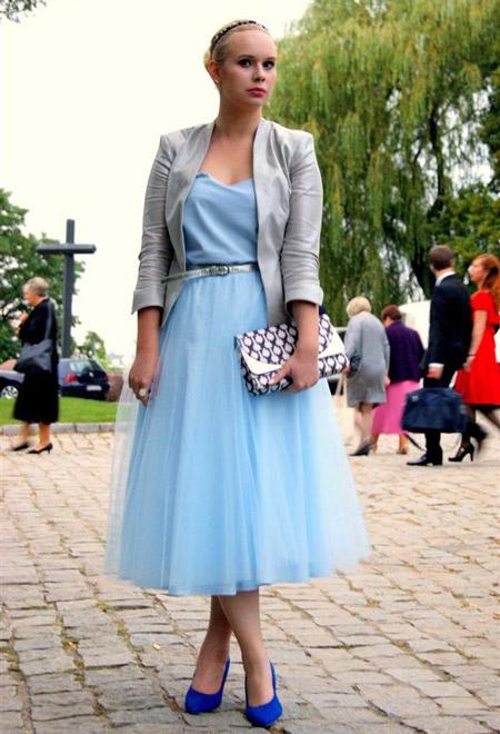 Девушка в голубой блузке и юбке