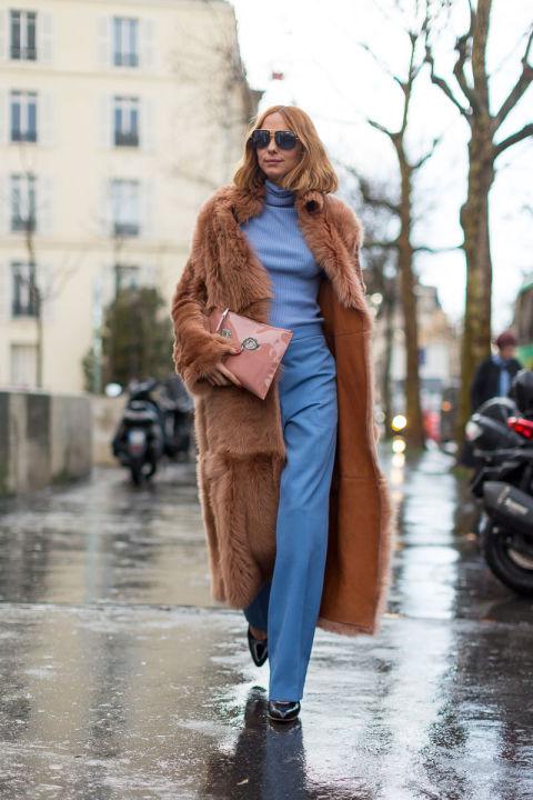 Девушка в голубых брюках и водолазке, светло коричневая шуба, лаковый клатч