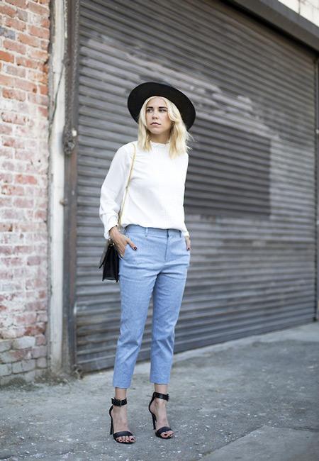 Девушка в голубых капри, белая кофта, шляпа и черные босоножки
