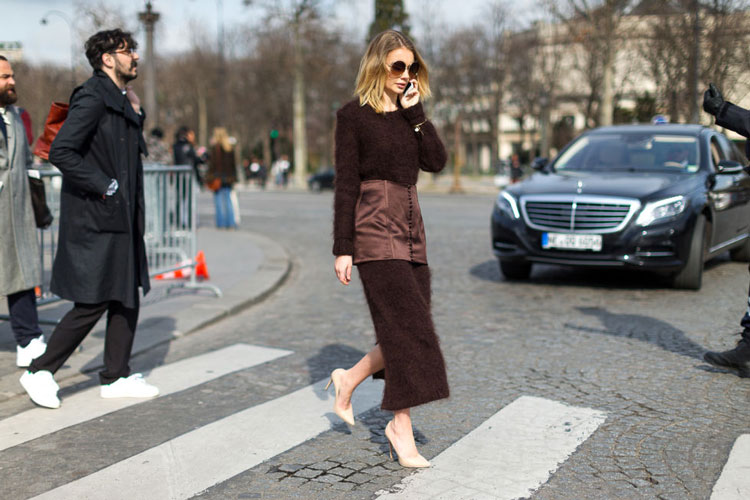 Девушка в коричневом костюме с прямой юбклй, бежевые туфли