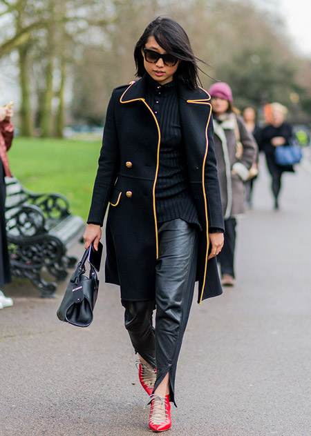 Девушка в кожанных брюках, блузка и черное пальто, неделя моды - Лондон осень/зима 2016-2017