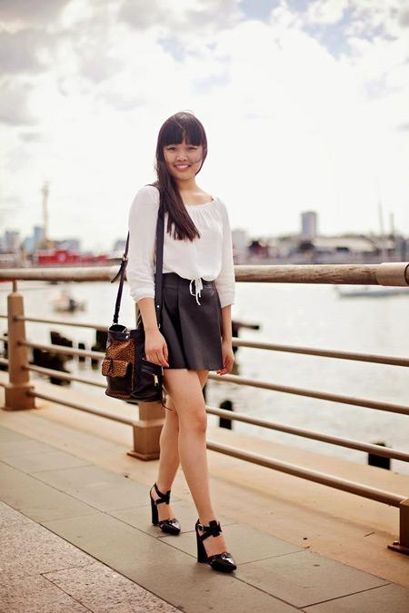 Девушка в кожаной мини юбке, белая блуза, туфли