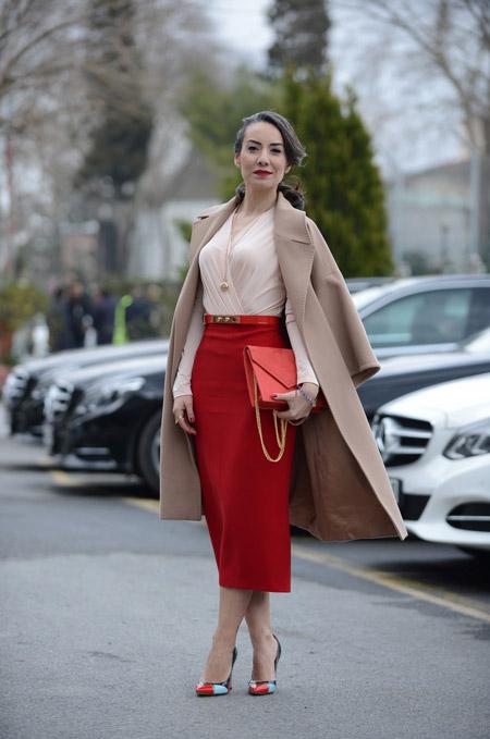Девушка в красной юбке и блузке