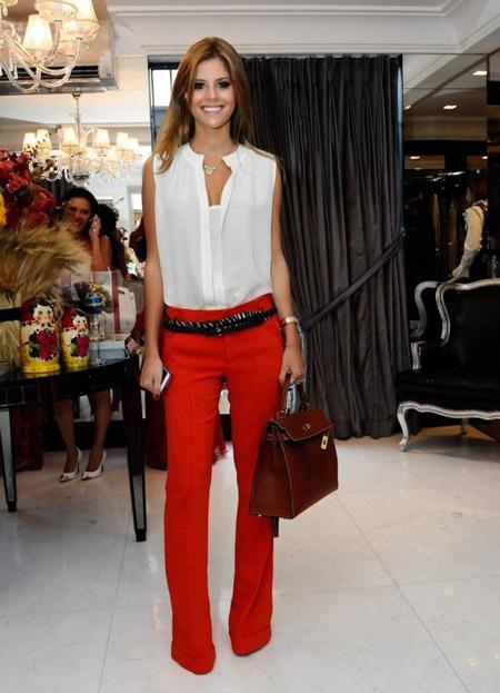 Девушка в красных брюках и блузке