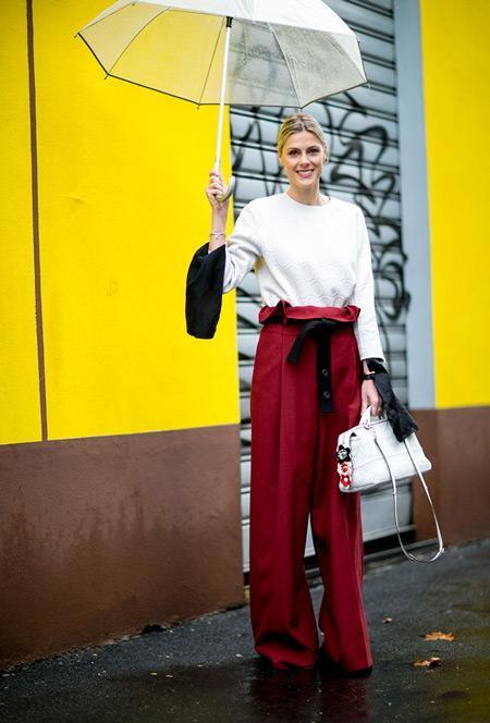 Девушка в красных широких брюках, белый свиншот и прозрачный зонтик