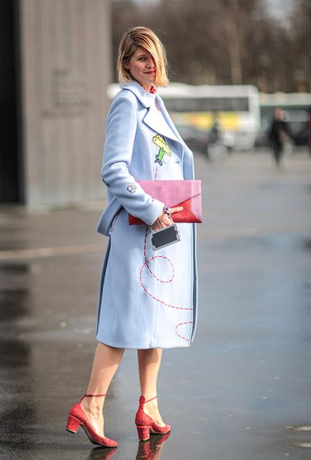 Девушка в красных туфлях, клатч и голубое пальто