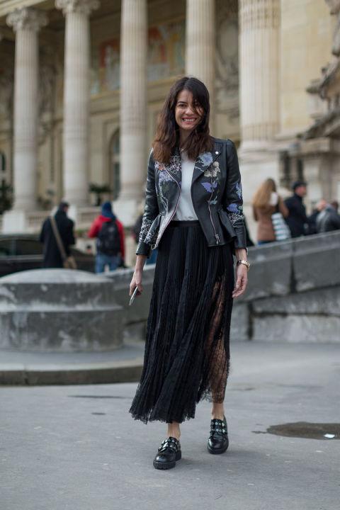 Девушка в легкой черной юбке, футболка и куртка с принтом