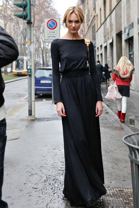 Девушка в макси платье в пол