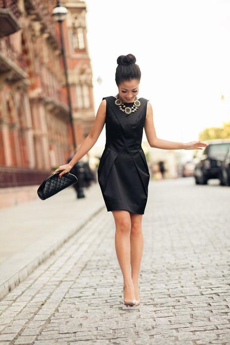 Девушка в маленьком черном платье