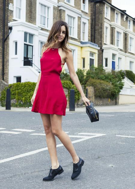 Девушка в малиновом платье, черные туфли и маленькая сумочка