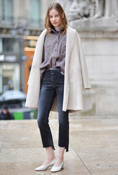 Девушка в обрезанных джинсах, рубашка и светлое пальто
