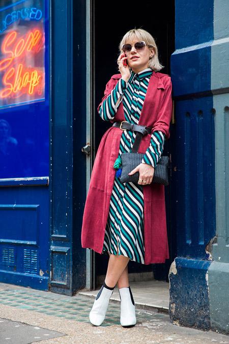 Девушка в платье мини в диагональную полоску и бордовый плащ, неделя моды - Лондон осень/зима 2016-2017