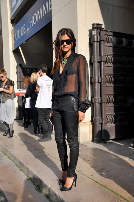 Девушка в прозрачной блузке и кожаных брюках