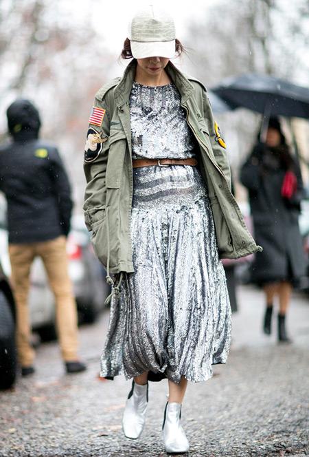 Девушка в серебристых шароварах, кроп топ и курта парка, кепка
